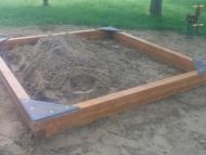 Négyzetes homokozó